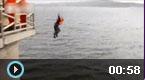 消防员救人跳下10米水塔