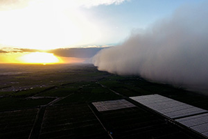 壮观!实拍新疆夕阳下沙尘暴来袭