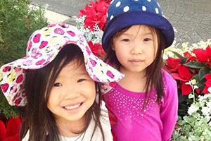 双胞胎姐妹出生遭弃  差点一个去美国一个去荷兰
