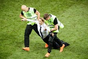这次大闹世界杯决赛场的,又是这支著名女乐队!