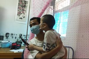 6岁男童植入钢板后又患白血病 父亲患癌6年不敢去复查