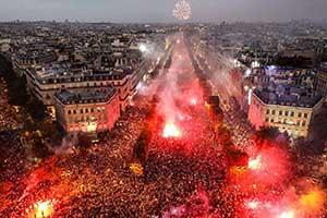 百万法国球迷疯狂庆祝夺冠造成2人死亡 警察动用催泪弹