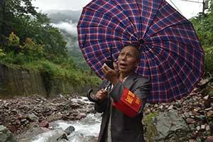 65岁泥石流监测员 曾凌晨敲锣救下300多人