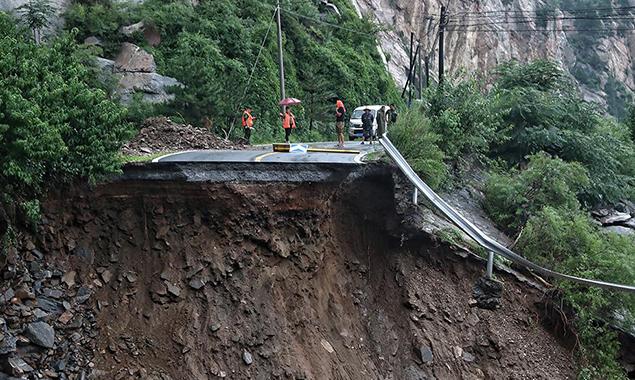 北京暴雨 密云山区公路现严重塌方