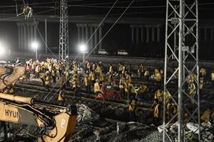 中国速度!近3000铁路工人鏖战5小时,拨接近千米轨道
