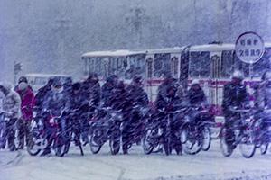 弄潮儿:北京大雪天 长安街上滚滚自行车流