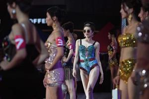 胸模大赛总决赛 两娃辣妈意外夺冠获38万元奖励