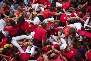 """西班牙""""叠人塔""""功亏一篑:11人坠落 有人痛苦倒地"""