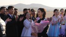 张国立、佟丽娅、张杰等中国文艺工作者抵达朝鲜访问