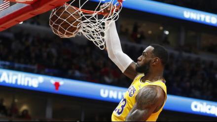 NBA十佳球ㄩ两度?#20064;韗?#35449;姆斯空接翻身背扣