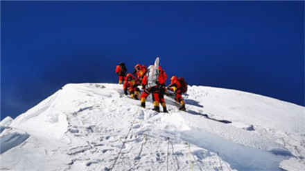 巅峰时刻!中国珠峰高程测量登山队成功登顶