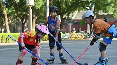 Beijing : des enfants pratiquent du hockey ? sur glace ? sur la place de Zhonggulou