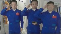 神十二3名航天员敬礼致谢