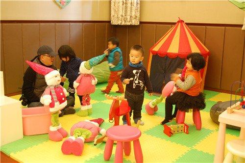 不同形状的汽车模型,手工玩具被孩子们制作出来,甚至连奇形异状的饼干