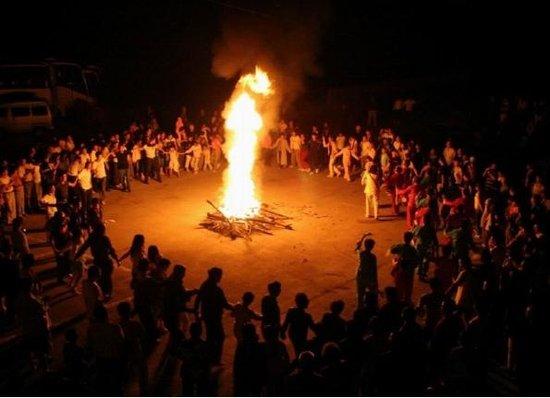 我们围着火堆舞蹈