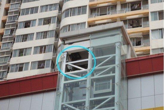 电梯第七层的幕墙左侧一块玻璃已经脱落(画圈处).-裕丰商场观光
