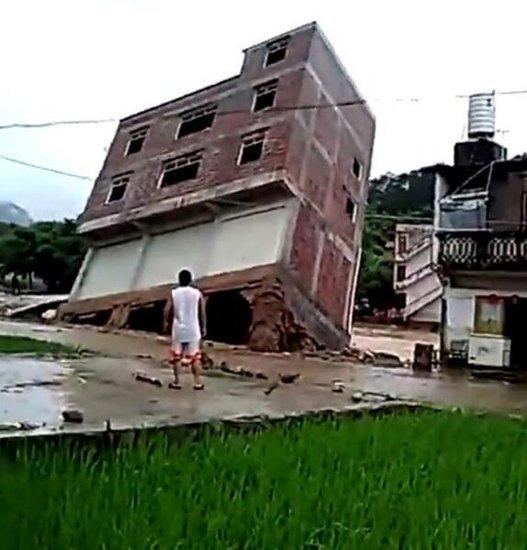 广西三层楼房暴雨后倒塌
