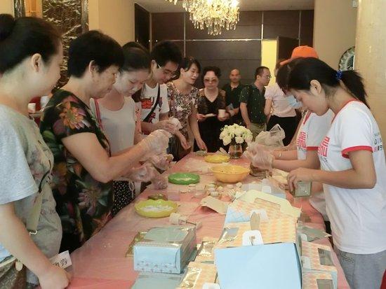 广源国际社区月饼DIY活动火爆的现场-广源国际社区月饼DIY圆满落幕