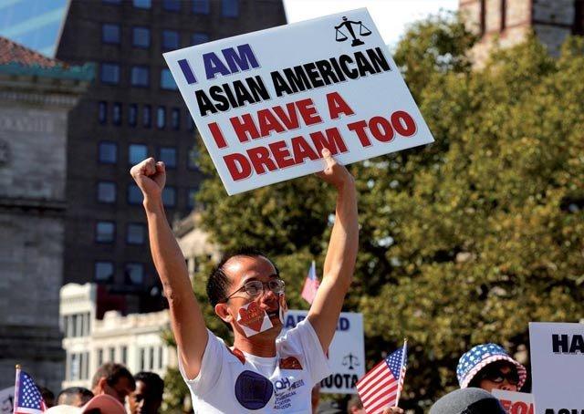 亚裔人士抗议哈佛大学