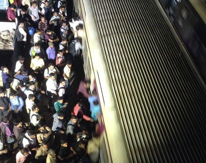 孟买晚高峰挤车的人