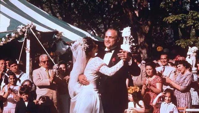 《教父》中的婚礼情节,也是对传统家族格局的全面展示
