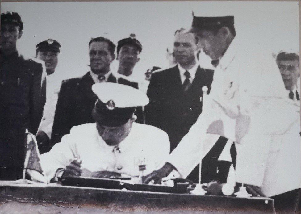 中苏海军舰艇交接仪式上,海军参谋长周希汉在文件上签字
