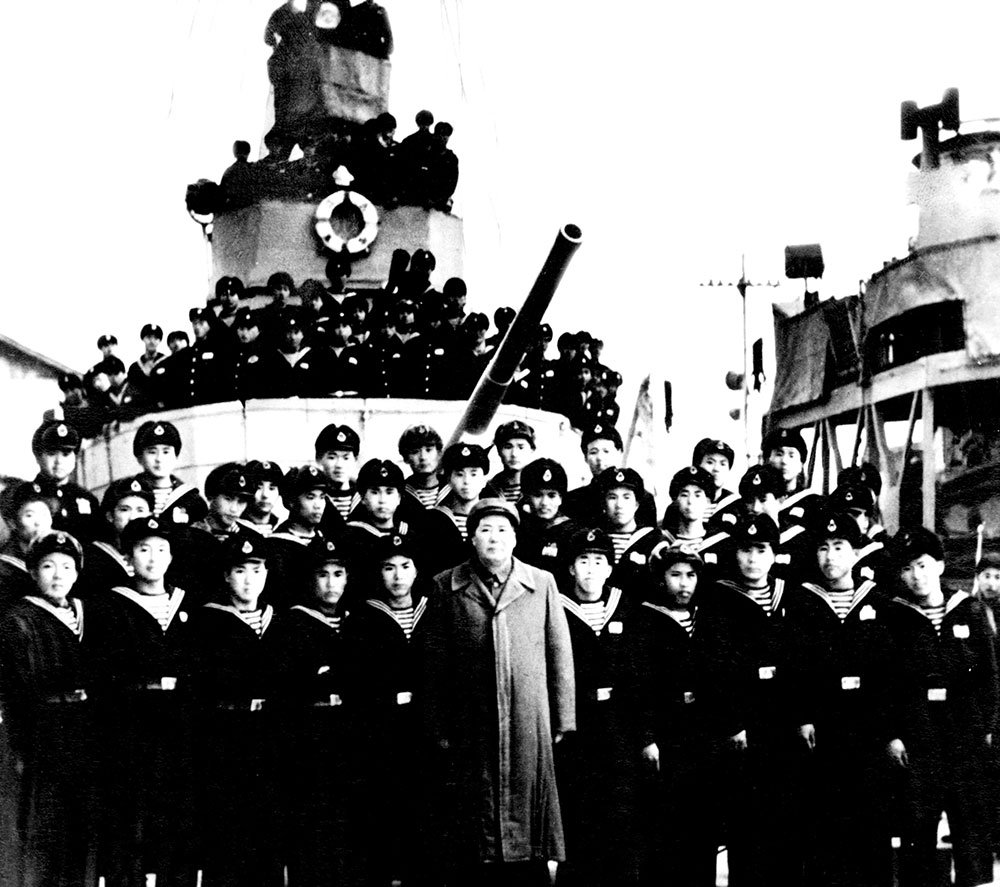 """1953年2月24日,毛泽东与第一代""""南昌""""舰官兵合影"""