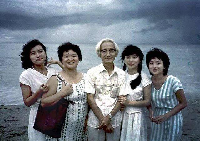 作者家庭照。左起分别是朱天衣、妈妈刘慕沙、爸爸朱西甯、朱天文、朱天心。符中原/摄