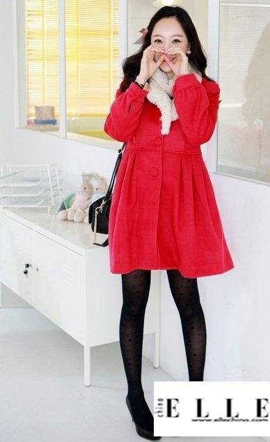 娃娃装的大衣很可爱,大红色搭配褐色丝袜和船鞋很