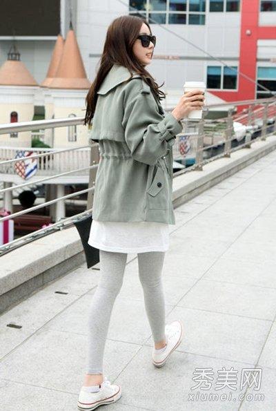 灰白色打底袜搭配白色球鞋