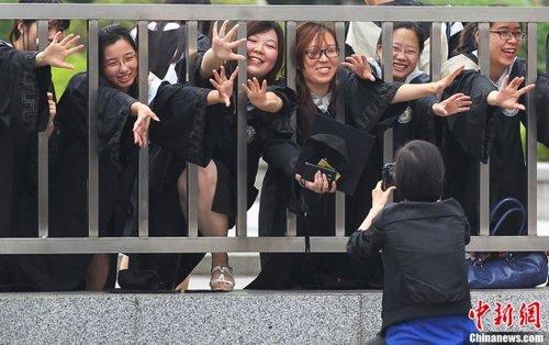 """南京大学生拍摄搞怪照片告别""""象牙塔""""(图)图片"""