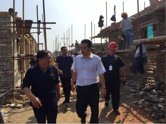 市委书记何雄一行视察建业大集古镇