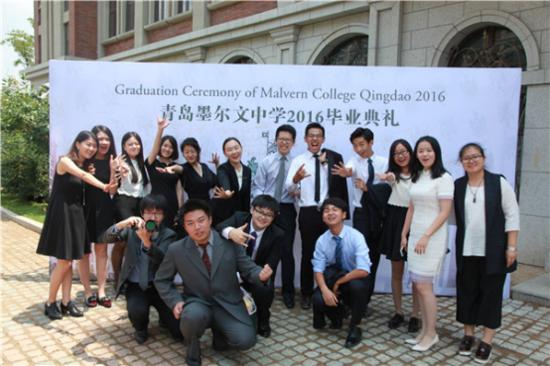 但在青岛墨尔文中学的毕业典礼上,每一个毕业生都是最亮丽的风景线