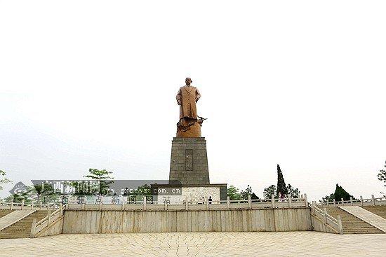 坐落于钦州七十二泾旅游景区内的孙中山铜像.广西新闻网全媒体报道图片
