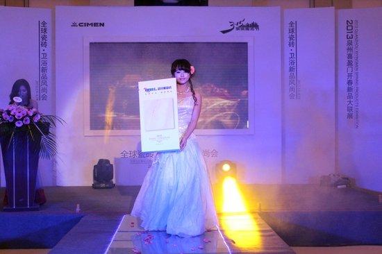 T台模特秀场展示参展瓷砖-泉州喜盈门举办2013全球新品风尚会图片