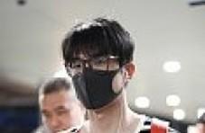 刘昊然戴黑框眼镜扎小辫 机场边走边听歌惬意十足