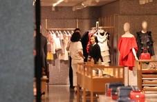 刘嘉玲素颜现身某商场,53岁的她专挑红黑靓裙