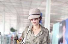 马伊�P低调现身机场,打扮休闲一脸严肃