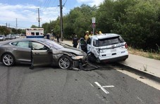 一线 | 特斯拉自动驾驶又闯祸:撞上路边警车