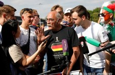 70岁德国老头开拖拉机 历经1个月抵达俄罗斯看球
