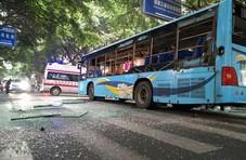 四川乐山一公交车疑似爆炸 窗户玻璃震碎有人受伤