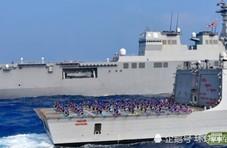 和印度一起军演 日本自卫队员在甲板练起瑜伽