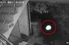 午夜居民后院突然出现白色不明物体 监控拍下全程