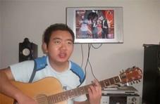 励志!男子18岁时双目失明 靠一把吉他重拾信心
