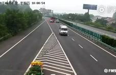 女司机高速强行变道被追尾 在路中间吵架15分钟
