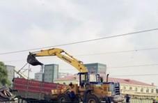 货车抢越道口撞上火车 车身分离被推行数百米