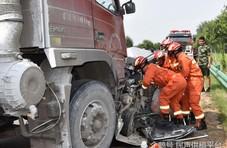 安徽萧县:男子驾代步车迎头撞上大货车 车毁人亡