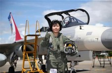 台空军女性战斗机飞行员完训 迫不及待公开亮相