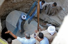 埃及居民区地下挖出30吨石棺 网友直呼不要打开