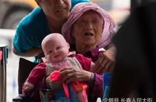 91岁老人每天抱玩具娃娃 背后故事让人动容